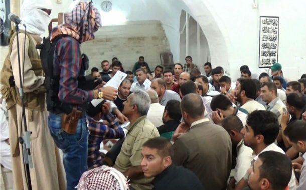 """""""Arrepentidos"""". Imagen difundida por el EI del reparto de las """"tarjetas de arrepentimiento"""" para los """"herejes"""" en la ciudad de Mosul"""