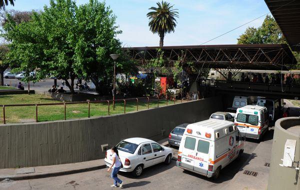 El hombre ingresó herido al Hospital Centenario.