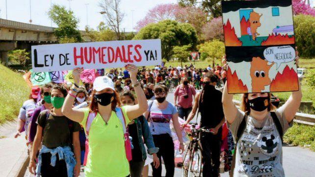 La Multisectorial Humedales se manifestó con cortes simultáneos y una marcha a la autopista