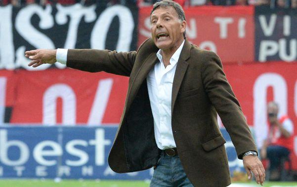 El entrenador auriazul vivió el clásico a su manera. (foto: Sebastián Suárez Meccia)
