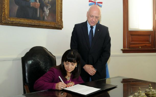 La madre de María de los Angeles Verón rubricó el acuerdo con el mandatario santafesino.