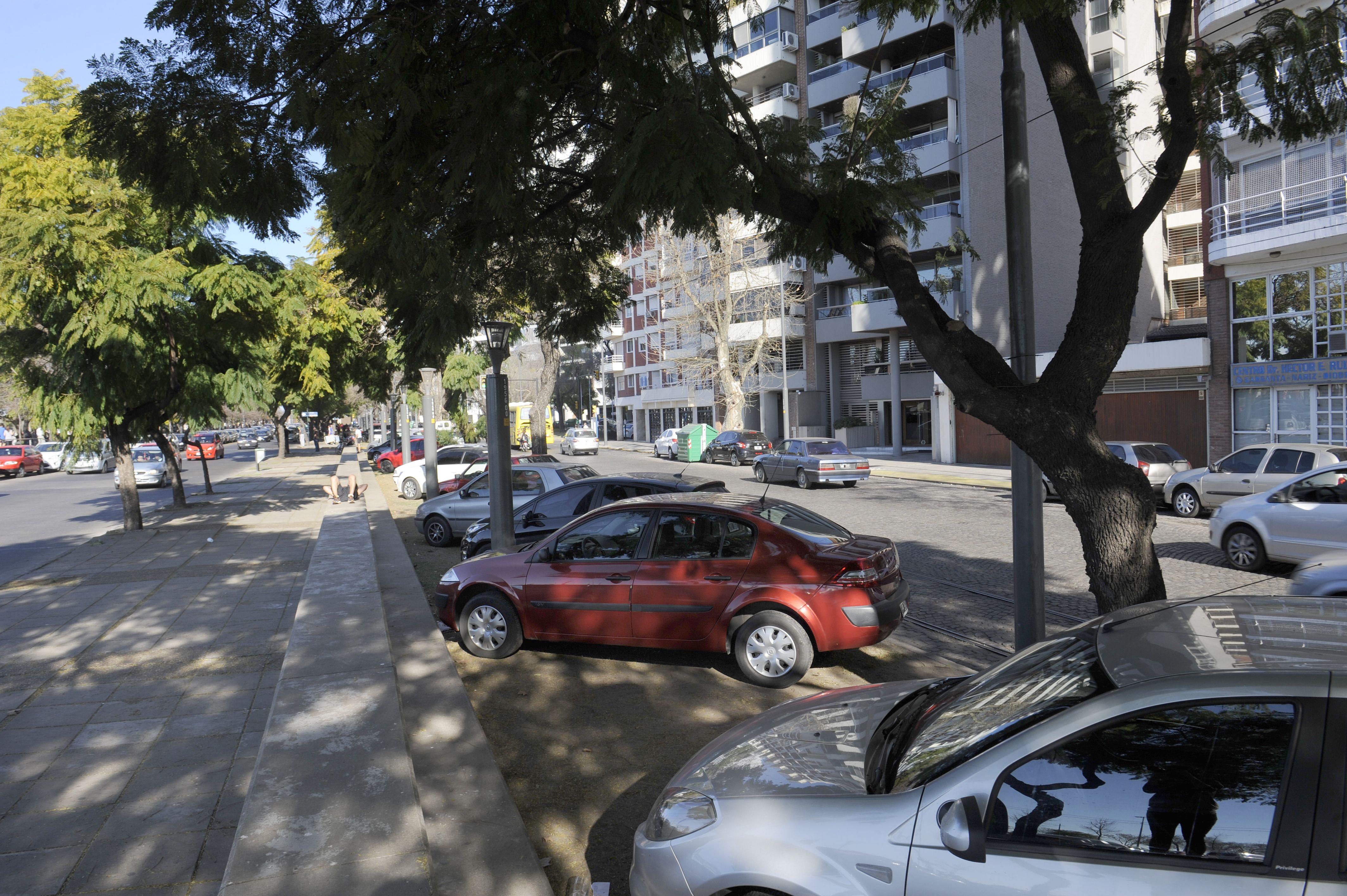 prohibido. La naturalización de poner los autos en espacios para peatones.