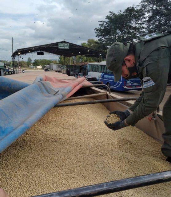 In fraganti. Gendarmería detectó la soja con cartas de porte vencidas en un control en la ruta nacional 34.