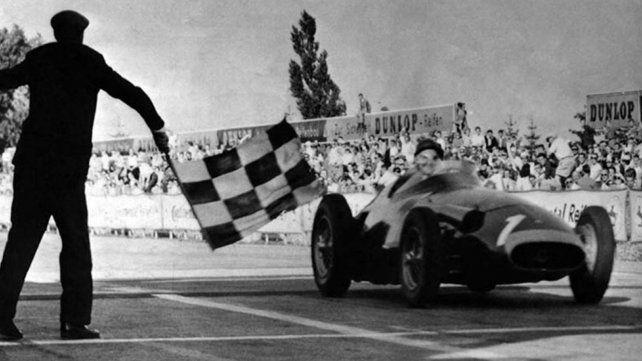 Llega Fangio a la bandera a cuadros en Nurburgring y consigue su 5ª título mundial en el 57. Fue el más grande  de todos.