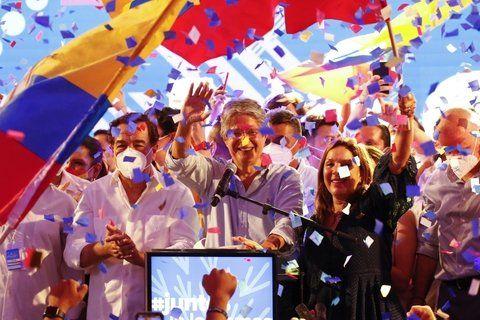 El ex banquero Guillermo Lasso festeja con sus simpatizantes en Guayaquil.