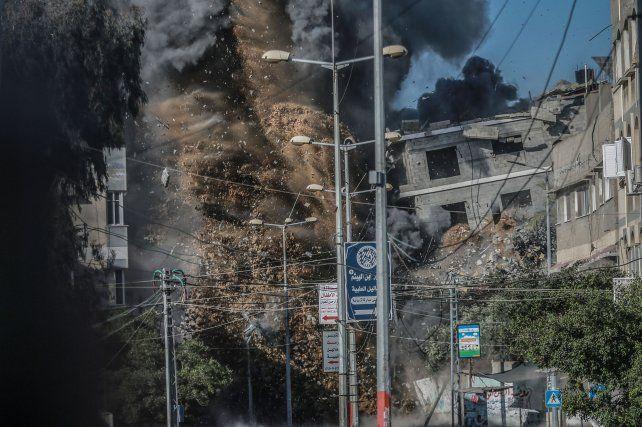 Demolición. Bombas guiadas por GPS isralíes destruyen edificios de la administración de Hamas en Gaza.