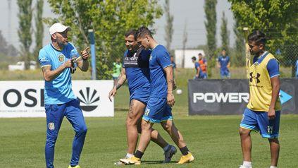 Cada cual en lo suyo. El Kily González habla con Covea, mientras Vecchio lo hace con Martínez Dupuy.