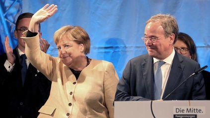 La canciller alemana saluda flanqueada por Armin Laschet, el candidato de la Unión Democrata Cristiana (CDU) para los comicios de este domingo.