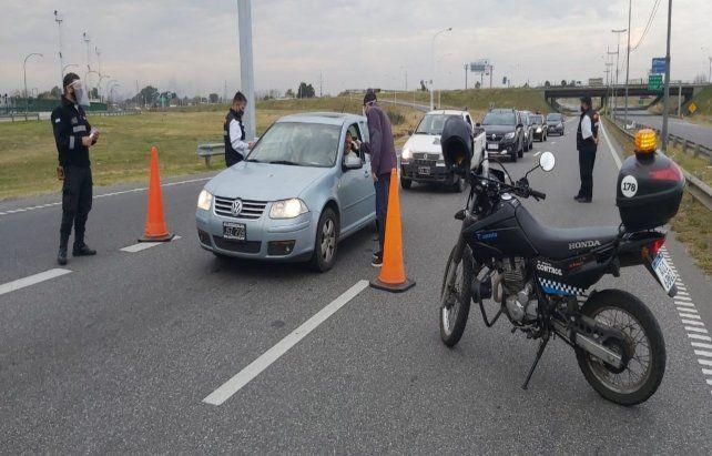 Ingresos. Agentes de Tránsito en la entrada de Oroño y Batlle y Ordoñez.