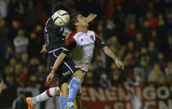 Trabado. El Gato Formica disputa el balón en lo alto con un defensor gasolero. Los rojinegros no tuvieron ideas. (foto: Sebastián Suárez Meccia)