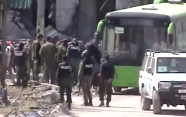 Día amargo. Insurgentes sirios abandonan la ciudad de Homs en colectivos.