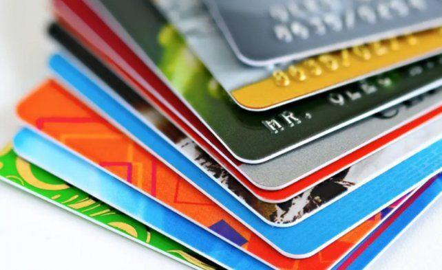 El consumo interanual con tarjetas creció por primera vez en cuatro meses