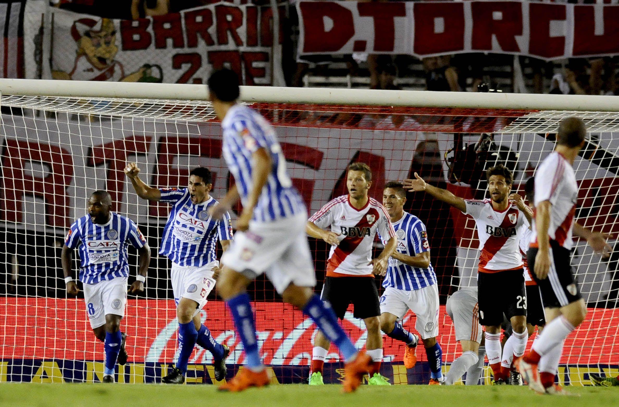 ¿Qué protestás? Los jugadores millonarios discuten el primer gol de Vieira
