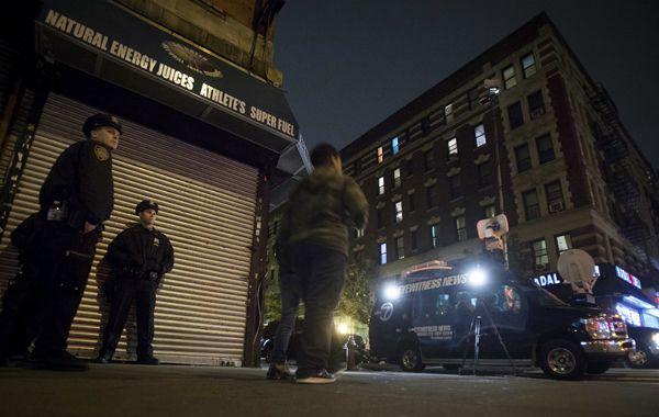 Policías custodian el edificio donde vive el paciente.