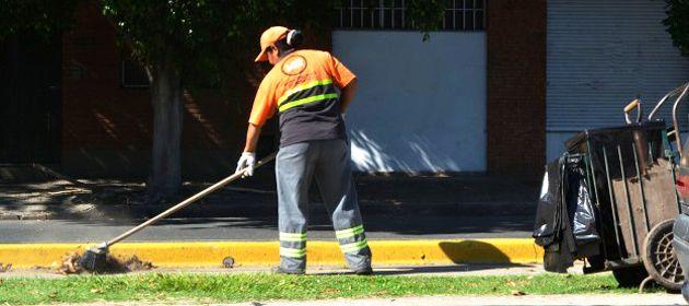 La Municipalidad intensifica el barrido de hojas de árboles.