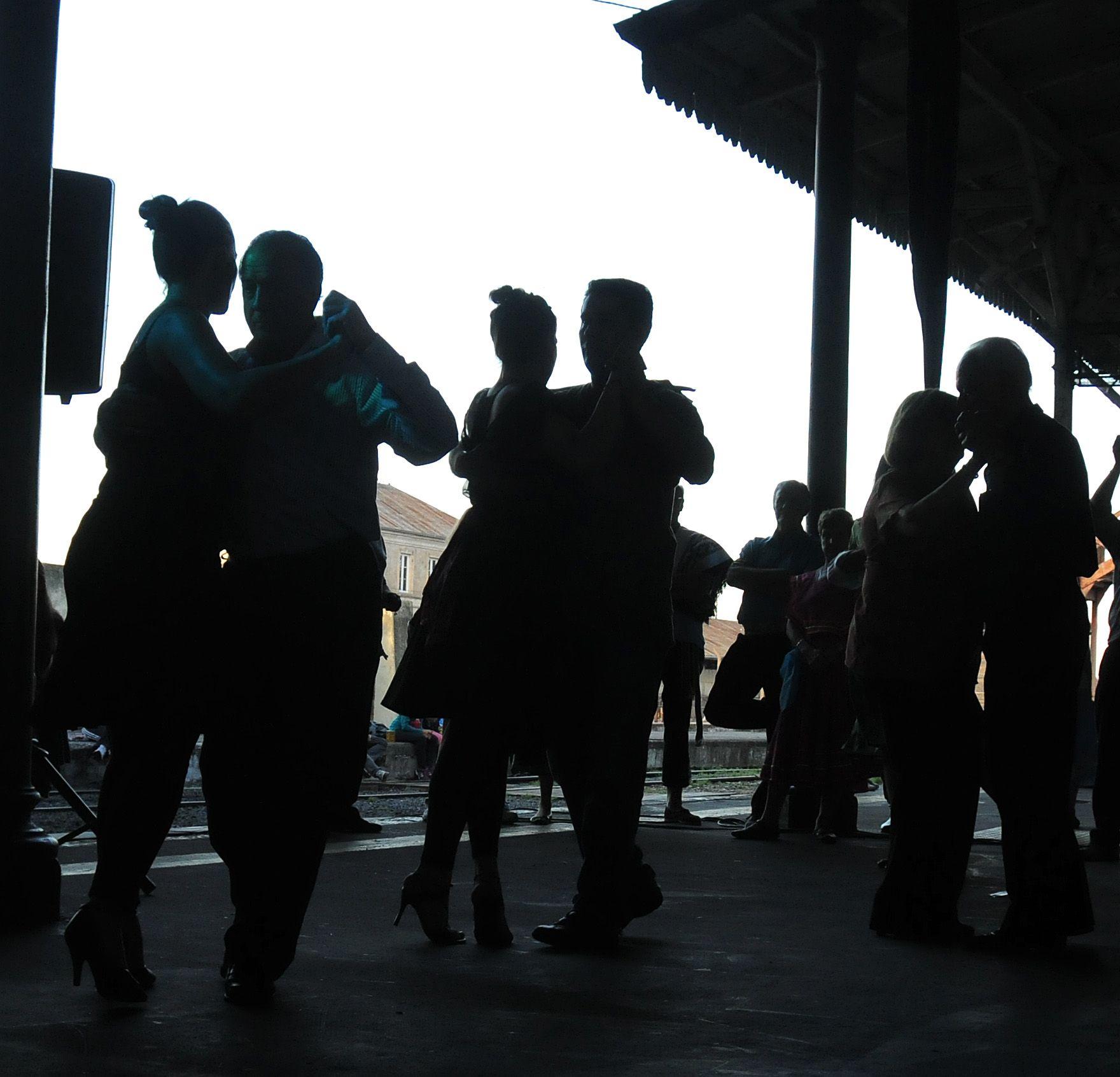 Parejas de baile poblaron los andenes de la estación.