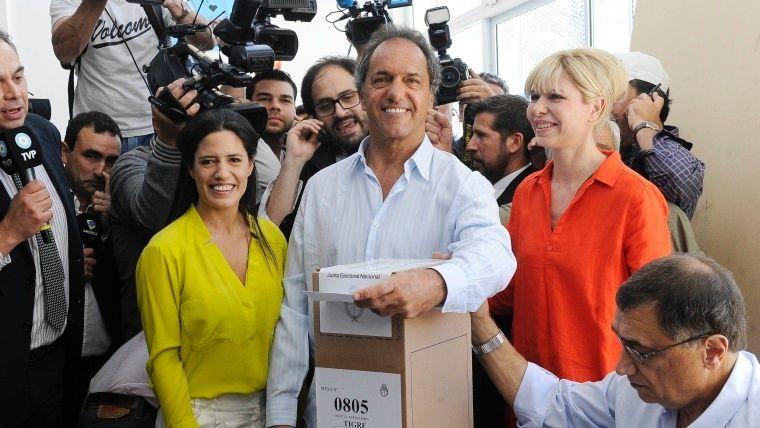 Scioli fue a votar acompañado por su mujer y su hija Lorena.