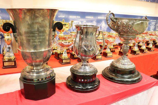 Los trofeos históricos: La Copa Gobernador Luciano Molinas, Hermenegildo Ivancich y la Copa Santiago Pinasco.