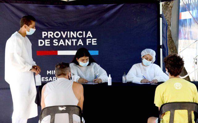 Voluntarios de Ciencias Médicas ayudan a vecinos en la inscripción para vacunarse
