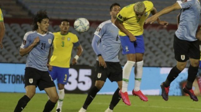 Richarlison marca de cabeza el segundo gol de Brasil.
