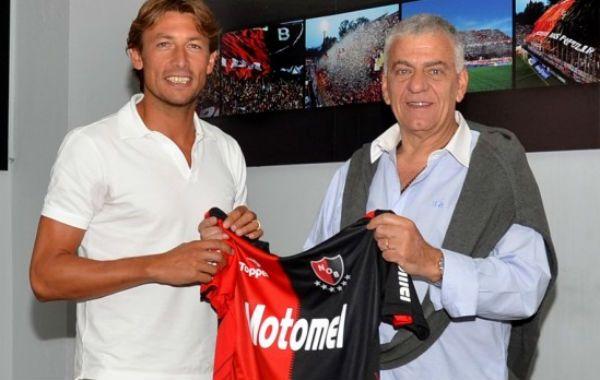 Heinze firmó su contrato en la sede de Newells y posó ante los fotógrafos junto a Guillermo Lorente.