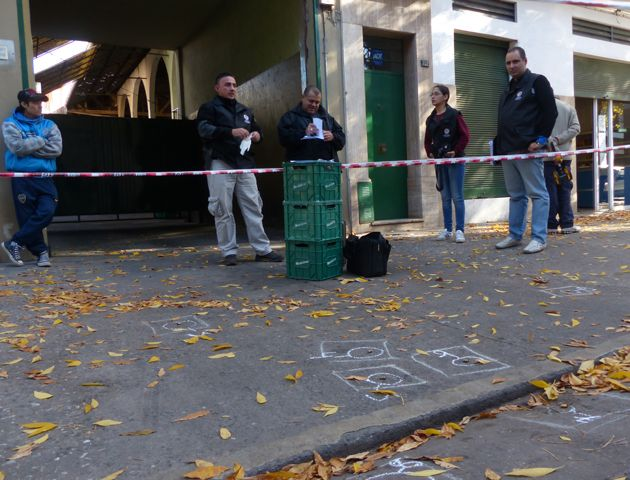 Los rastros del ataque quedaron en la vereda de Suipacha al 700. (Foto: A.Amaya)