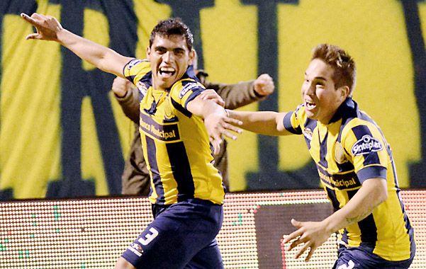 Delgado festeja tras meter el segundo gol canalla mediante un soberbio zurdazo cruzado.