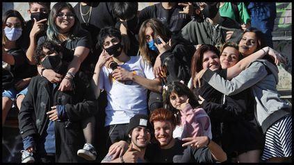 Miles de jóvenes se volcaron a disfrutar la llegada de la primavera a los parques y playas de la ciudad.