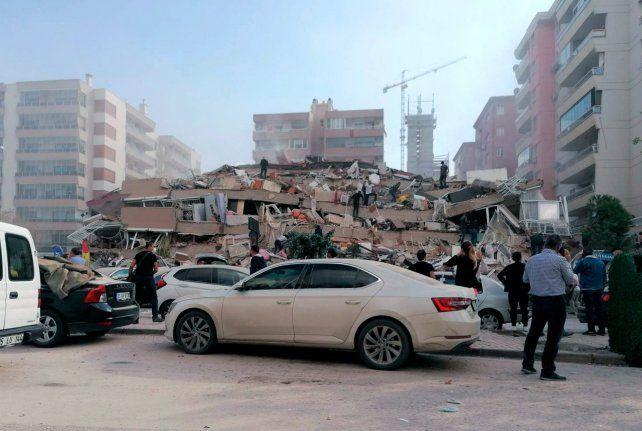 Turquía: impactantes imágenes del colapso de edificios por el terremoto y tsunami