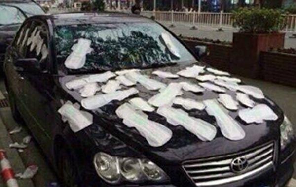 La mujer se vengó antes de tiempo poniendo toallitas higiénicas en el auto de su novio
