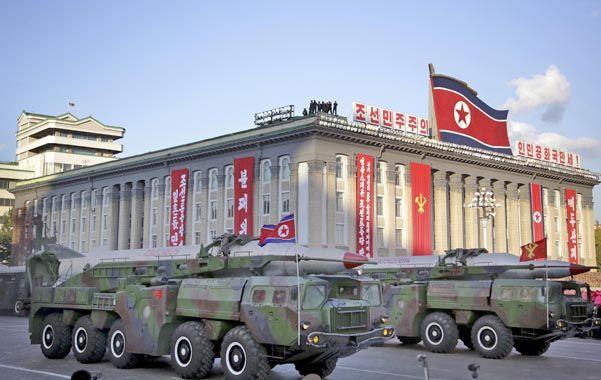 Armamentismo. Transporte de misiles balísticos durante un desfile militar de octubre de 2015 en Pyongyang.