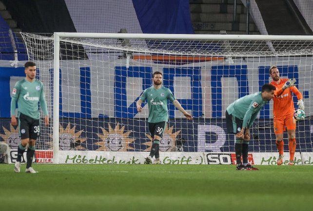 Los barrabravas del Schalke 04 corrieron a los jugadores por la calle tras el descenso