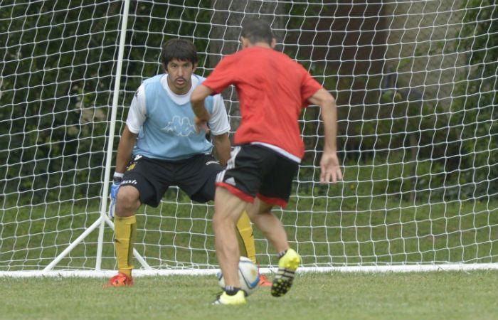 Champagne mira a Maxi Rodríguez al ejecutar el regalito que termionará en sus manos. (Foto: M. Bustamante)