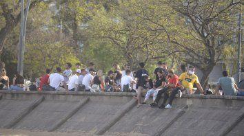 Descontrol. El fin de semana pasado, cientos de jóvenes se juntaron en la Rambla sin respetar las restricciones.