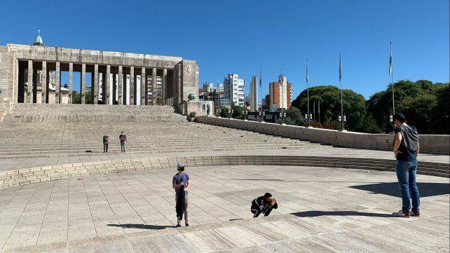Turistas se toman fotos en el Monumento a la Bandera