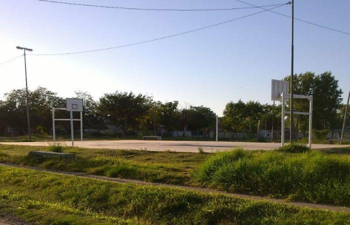 El playón de deportes donde se produjo el tiroteo está a media cuadra del club. (Foto: La Capital/S. Suárez Meccia)