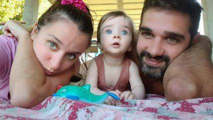 Valen, junto a sus padres Gisella y Fabián.