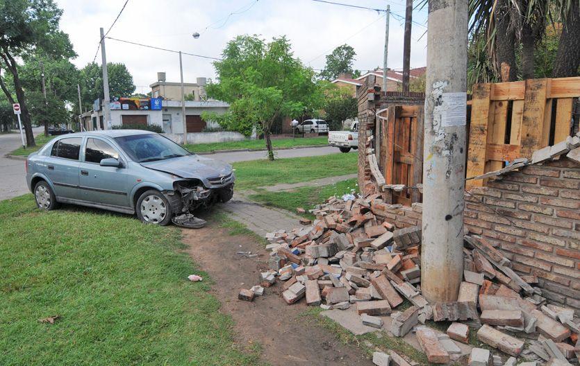 Estrellado. El Tuerto Boli murió tras ser baleado y chocar su auto contra una casa de Donado y Navarro.