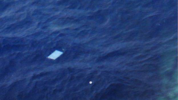 Uno de los objetos avistados desde los aviones que una vez rescatado se corroboró que no pertenecía al avión de Malaysia Airlines.