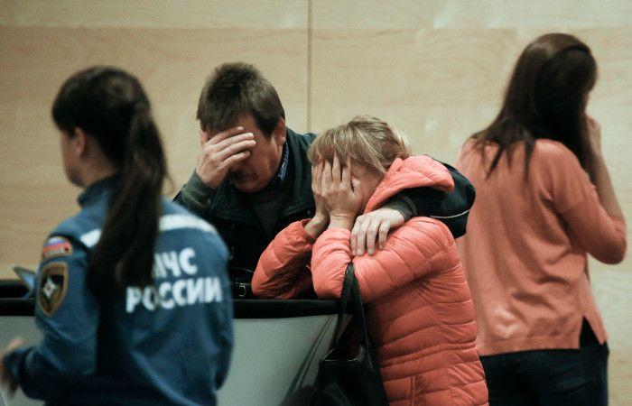 Familiares de las víctimas en el aeropuerto.