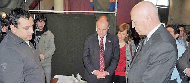 El gobernador Bonfatti visitó en Venado Tuerto el último tramo de la recepción de armas.