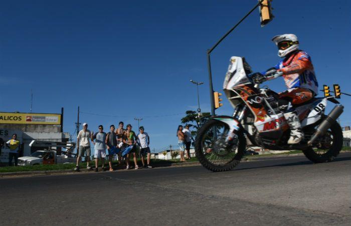Una de las motos participantes circula por la avenida Jorge Newbery camino al autódromo municipal. (Foto: M. Bustamante)