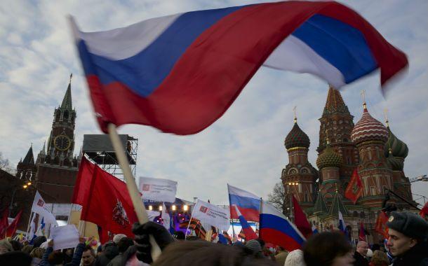 Con Putin. Cientos de moscovitas expresan en la Plaza Roja su respaldo a la postura del Kremlin sobre Crimea.
