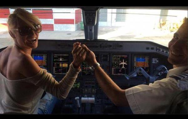La vedette con uno de los pilotos antes del vuelo.