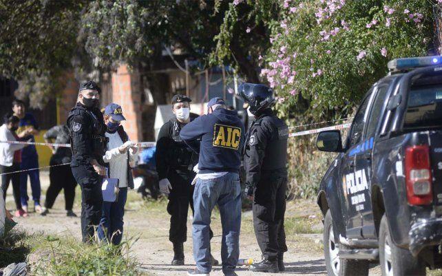 La policía trabaja en el lugar donde fue asesinada una mujer en Necochea al 2600.