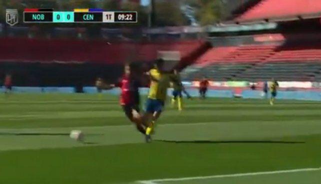La acción. Scocco y Almada luchan por la pelota cuando se habían jugado nueve minutos. (Foto: imagen de TV)