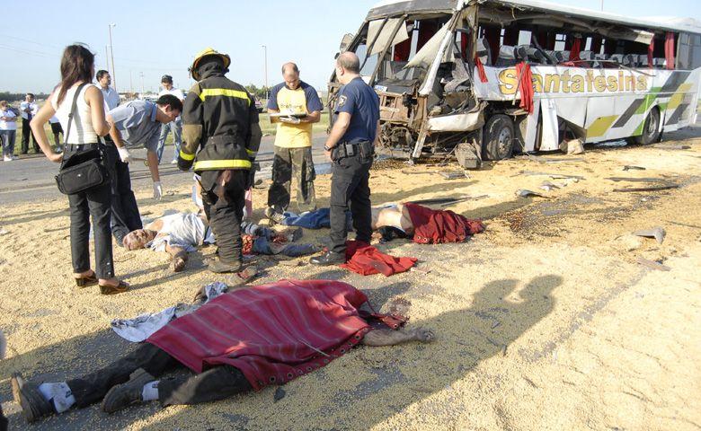 Piñero: 5 muertos y 10 heridos tras chocar un ómnibus y un camión