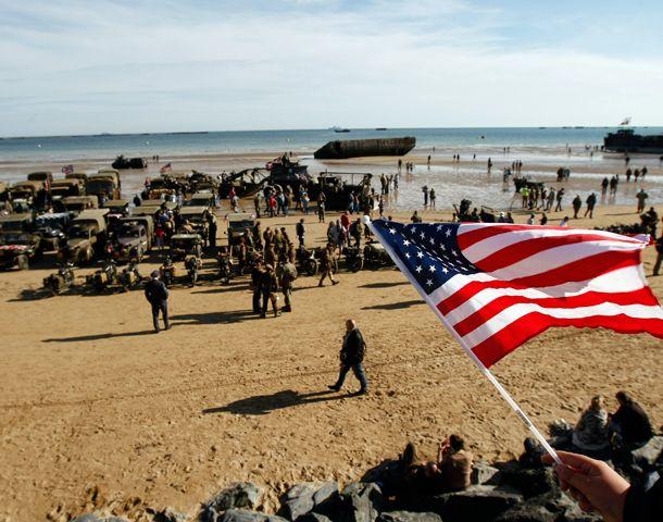Vehículos militares de la Segunda Guerra Mundial llenaron las playas normandas para honrar el mayor ataque anfibio de la historia.