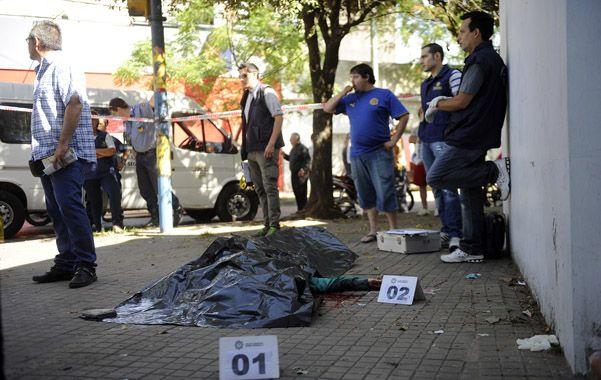 Uriburu y Corrientes. El cuerpo de Héctor García yace en el suelo. Una bala calibre 11.25 le atravesó la cabeza.
