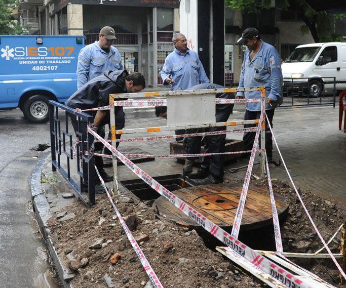 Operarios de la empresa trabajan para recomponer el sumunistro de energía. (Foto: S. Suárez Meccia)